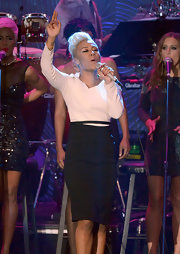 Emeli Sande looked polished and professional on stage in a black pencil skirt.