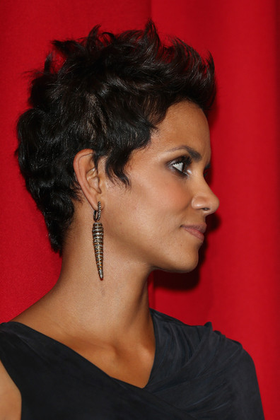 Halle's sterling silver dangle earrings were both edgy and refined.