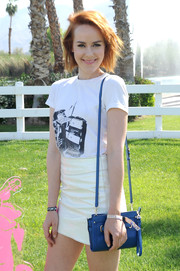 Jena Malone sported a casual blue leather shoulder bag, white tee, and mini skirt combo at the Coach Backstage event.