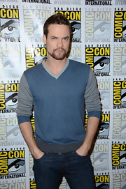 Shane West looked so cool and hunky in a blue-and-gray v-neck sweater.