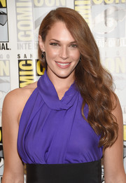 Amanda Righetti attended Comic-Con International 2016 wearing this ultra-elegant side sweep.
