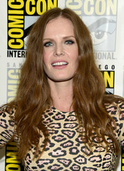 Rebecca Mader wore a hippie-glam hairstyle during Comic-Con International 2016.