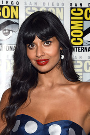 Jameela Jamil looked sweet with her long waves and parted bangs at the 'Good Place' press line during Comic-Con International.