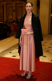 Erin O'Connor matched her dress with a pink suede clutch.