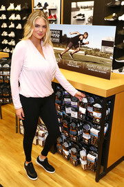 For her footwear, Kate Upton chose a pair of black leather sneakers.