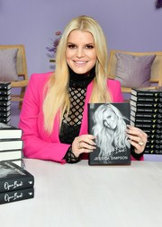 Jessica Simpson completed her jewels with some stackable gold rings.