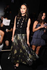 Jamie Chung looked subtly sexy at the Cushnie et Ochs fashion show in a black knit top with a series of cutouts down the front.