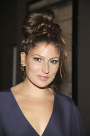 Stella Schnabel combined metallic shades with brown eyeshadow to get a perfect mild smoky eyes.