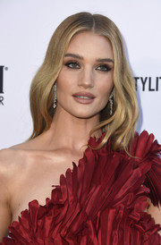 Rosie Huntington-Whiteley framed her face with a gently wavy 'do for the 2019 Fashion Los Angeles Awards.