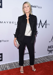Robin Wright rounded out her minimalist attire with a pearl-gray satin clutch.