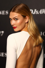 Karlie Kloss sported a gently wavy, center-parted hairstyle at the David Jones Autumn 2017 collections launch.