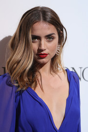 Ana de Armas' red lipstick worked beautifully with her violet outfit.