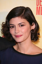 Audrey Tautou gave her short curls a retro twist, with a deep side part neatly tucked behind her ear.