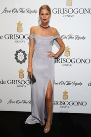 Toni Garrn polished off her look with strappy silver heels.