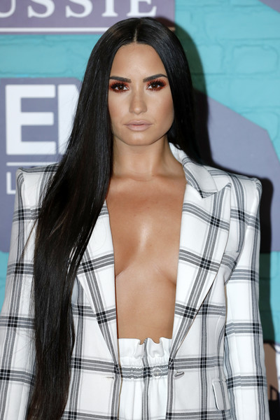 Demi Lovato Long Straight Cut [hair,face,hairstyle,long hair,black hair,clothing,beauty,brown hair,fashion model,eyebrow,red carpet arrivals,emas 2017,demi lovato,sse arena,london,england,wembley,mtv]