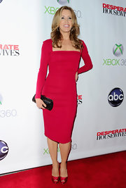 Felicity Huffmand showed she's not afraid of a little color when she opted for this fuchsia long-sleeved dress.