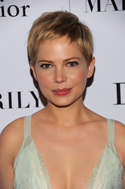 Michelle Williams arrived at the premiere of 'My Week With Marilyn' wearing her hair in an adorable pixie cut with glowing makeup.