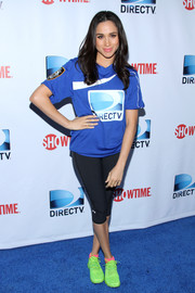 Meghan Markle teamed her DirecTV tee with black capri leggings by Under Armour for the Celebrity Beach Bowl event.