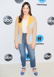 Elizabeth Henstridge kept it relaxed on the bottom half in a pair of high-waisted jeans by Madewell.