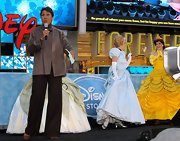 Robin Roberts looked stylishly retro at the Disney Store opening in a gray swing jacket and black wide-leg pants.