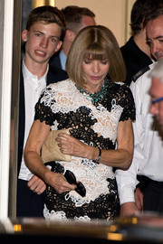 Anna Wintour accessorized her lace dress with a classy nude envelope clutch when she attended the Downing Street reception.