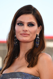 Isabeli Fontana highlighted her beautiful eyes with smoky blue makeup.