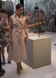 Meghan Markle was classic in a sleeveless pink trenchcoat by House of Nonie at the Nelson Mandela Centenary Exhibition.