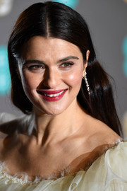 Rachel Weisz kept it simple with this loose center-parted hairstyle at the EE British Academy Film Awards.
