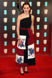 Daisy Ridley made a vibrant choice with this floral-embroidered one-shoulder dress by Roland Mouret for the 2017 BAFTAs.