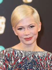 Michelle Williams wore her usual slicked-down, side-parted style at the 2017 BAFTAs.