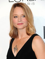 Jodie Foster looked stunningly beautiful. Her shoulder length blond locks were the perfect way to highlight her natural beauty.