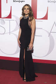 Elizabeth Hurley complemented her dress with a black and silver striped box clutch.