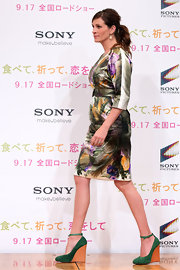 Julia paired her Dries Van Noten dress with chic green suede Pre-Fall 2010 wedge heels.