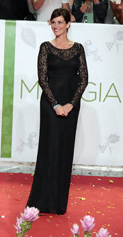 Julia looked stunning in a lace embellished gown while attending the Italy premiere of 'Eat Pray Love'.
