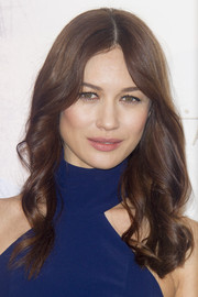 Olga Kurylenko styled her hair with soft spiral waves for the 'El Maestro del Agua' photocall.