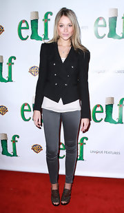 Katrina looks trendy perfect in metallic cut out peep-toe ankle booties. Pewter skinny pants complete the starlet's look.