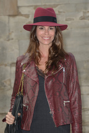 Christina Pitanguy arrived for the Elie Saab fashion show wearing a cute burgundy walker hat.