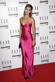 Arizona Muse showed off her svelte figure in a slinky fuchsia slip dress by Galvan at the 2017 Elle Style Awards.