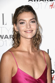Arizona Muse looked sweet with her shoulder-length curls at the 2017 Elle Style Awards.