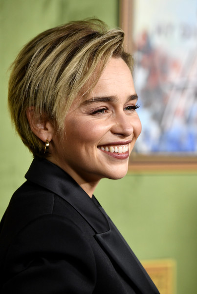 Emilia Clarke Layered Razor Cut [my dinner with herve,my dinner with herve premiere,hair,face,hairstyle,blond,chin,smile,forehead,official,white-collar worker,layered hair,premiere - arrivals,emilia clarke,california,hollywood,hbo films,paramount studios,emilia clarke,game of thrones,actor,hbo,film,hbo films,2018,britannia awards,celebrity]