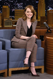 Emma Stone appeared on 'Jimmy Fallon' wearing a brown glen plaid pantsuit by Giorgio Armani.