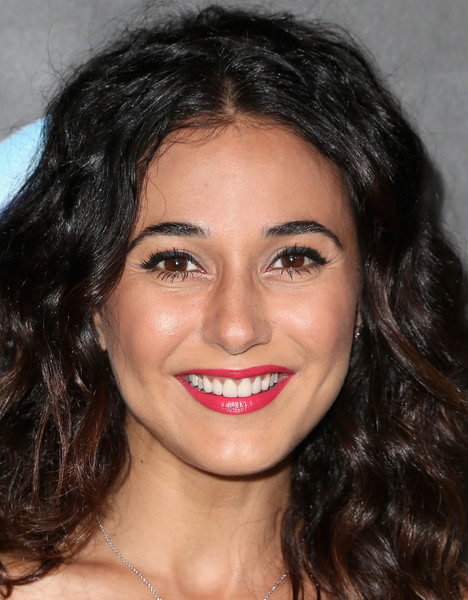 Emmanuelle Chriqui Red Lipstick [leslie jones,kate mckinnon,melissa mccarthy,emmanuelle chriqui,stars,kristen wiig - arrivals,women in comedy,cover,hair,face,eyebrow,lip,hairstyle,forehead,chin,facial expression,nose,black hair,elle hosts women in comedy event,event]