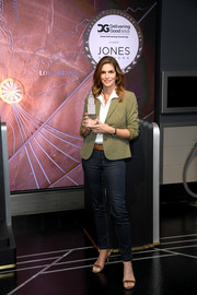 Cindy Crawford completed her outfit with blue skinny jeans.