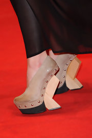 Alicia made a statement on the red carpet in daring shoes with a funky wooden wedge.
