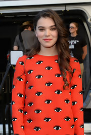 Hailee pulled back her soft waves behind her right ear to open up her face.