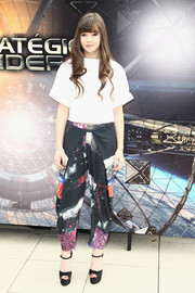 Hailee Steinfeld matched a white Osman crop-top with printed Clover Canyon pants for the 'Ender's Game' photocall in Paris.