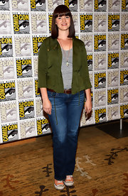 Amy kept her look casual at Comic-Con 2013 when she donned classic jeans, a tee, and a utility jacket.