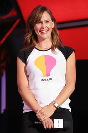 Jennifer Garner styled her hair in a medium wavy cut with long bangs at the Think It Up education initiative telecast in Santa Monica.