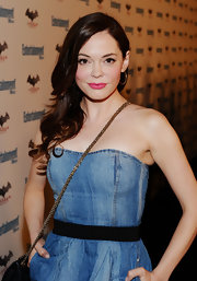 Rose McGowan looked gorgeous at Comic-Con in a strapless denim dress. She paired the look with soft side swept curls and bright pink lips.