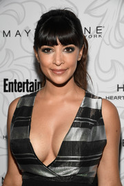 Hannah Simone was a cutie at the Entertainment Weekly SAG nominees celebration wearing this wavy ponytail with her signature bangs.